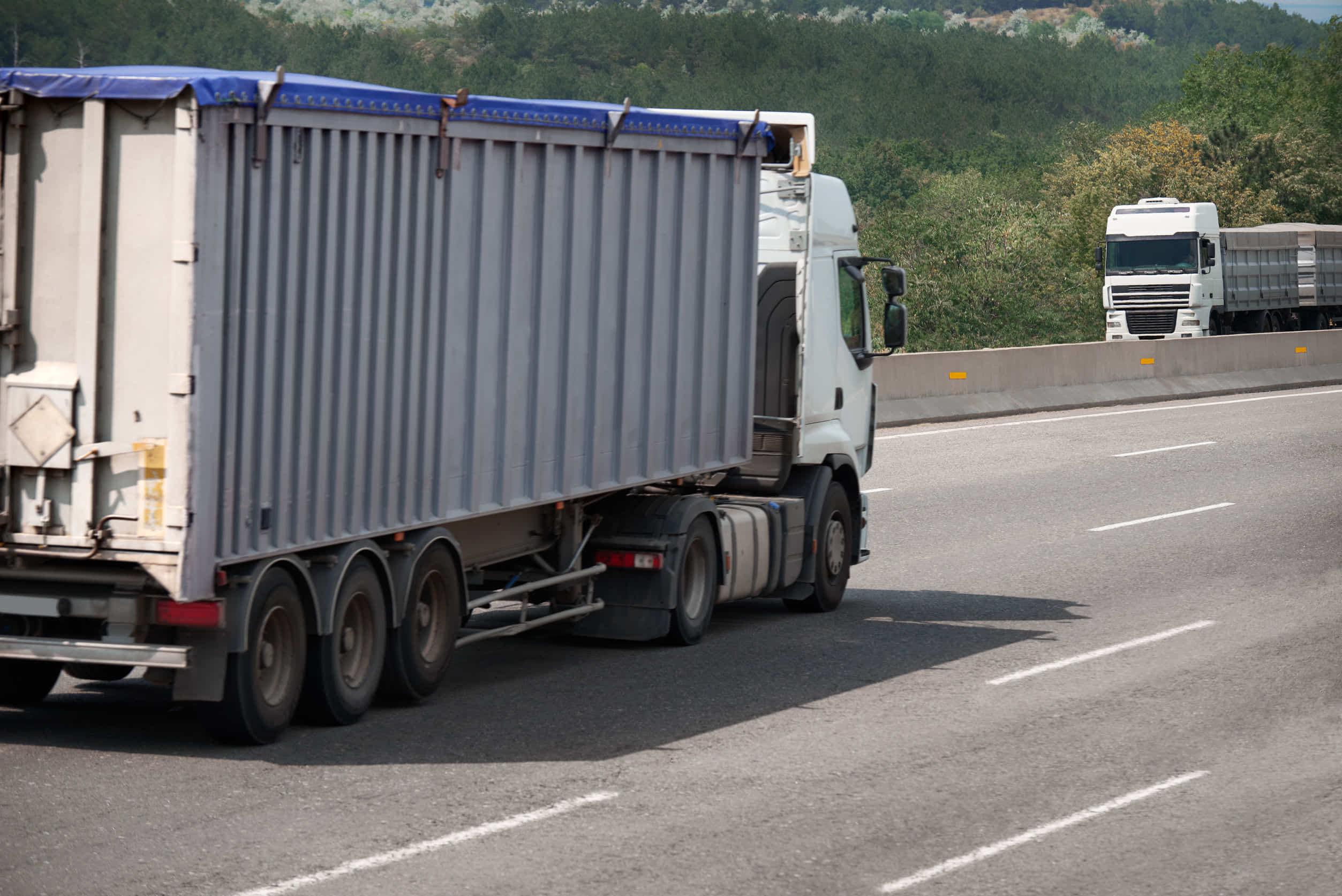 トラックの荷台に人が乗るのは違法?許されるケースとは